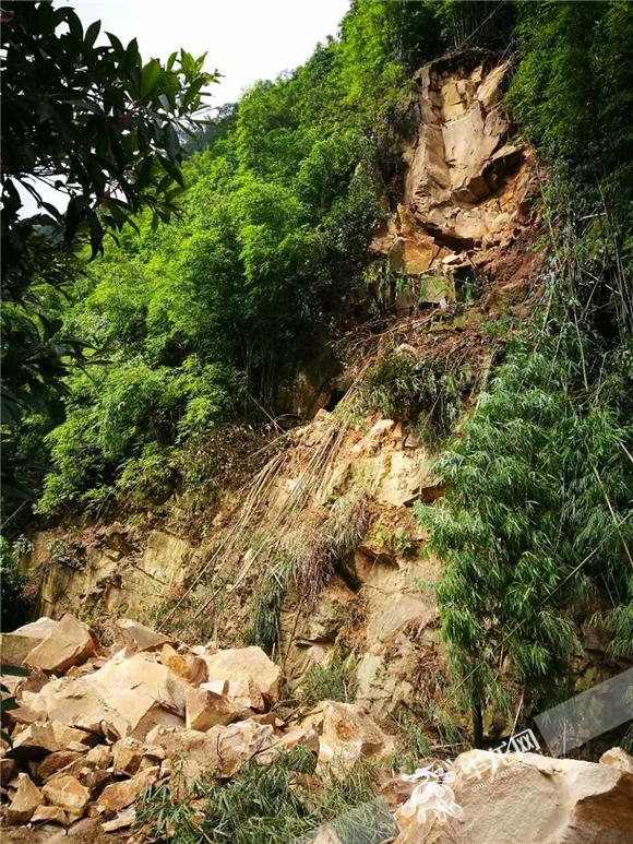 重庆北碚一山体滑坡 导致三圣镇至渝北区主路被埋