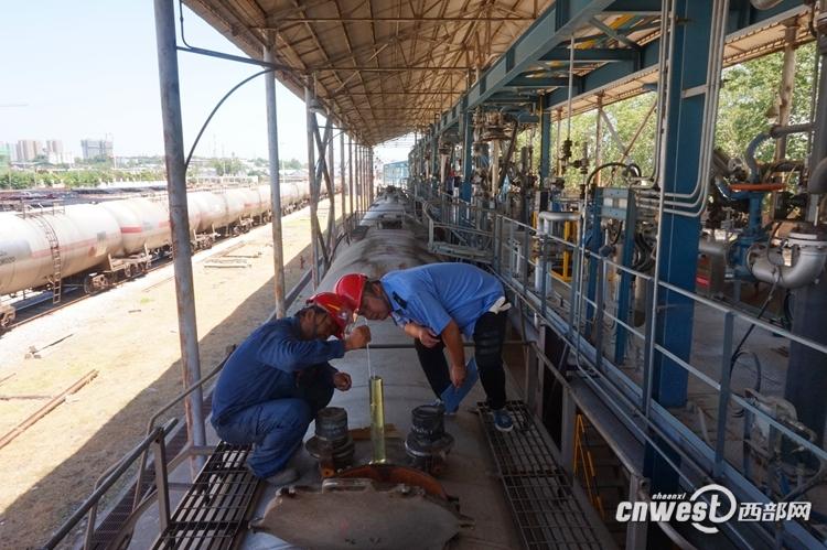 西安铁路局首趟救灾专列今晨入川 抢运柴油1781吨