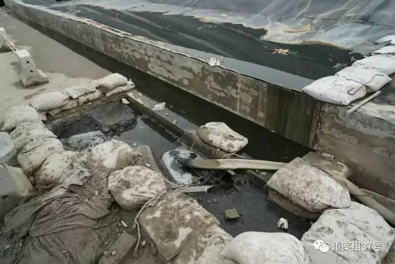 ▲2017年8月10日,六里屯垃圾填埋场内一处污水排放,两米内可闻到异味。 新京报实习记者戴进 摄