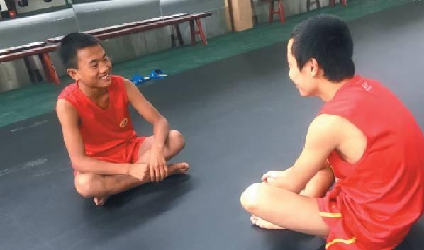 ▲阿坝州马尔康训练馆,小伍(左)和小伙伴聊天。新京报记者 陶若谷 摄
