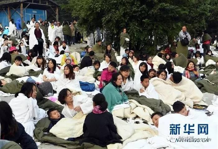8月9日,游客被集中在相对安全的九寨天堂洲际酒店停车场等待救援疏散。新华社记者 范培珅 摄