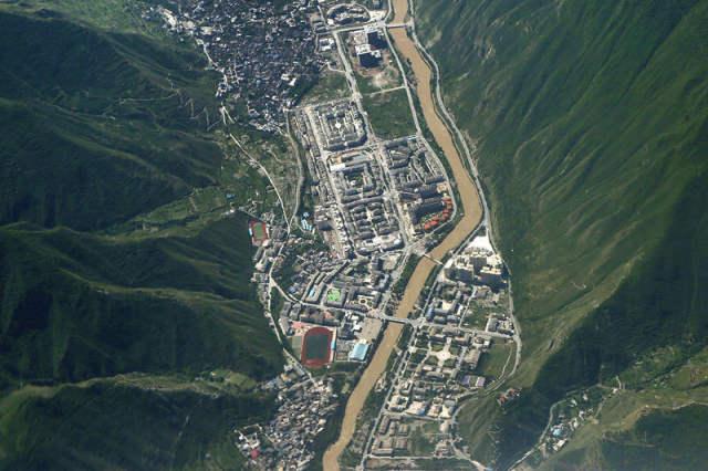 这是空中拍摄的震后九寨沟县城(8月9日摄)。新华社发(曹忆楠 摄)