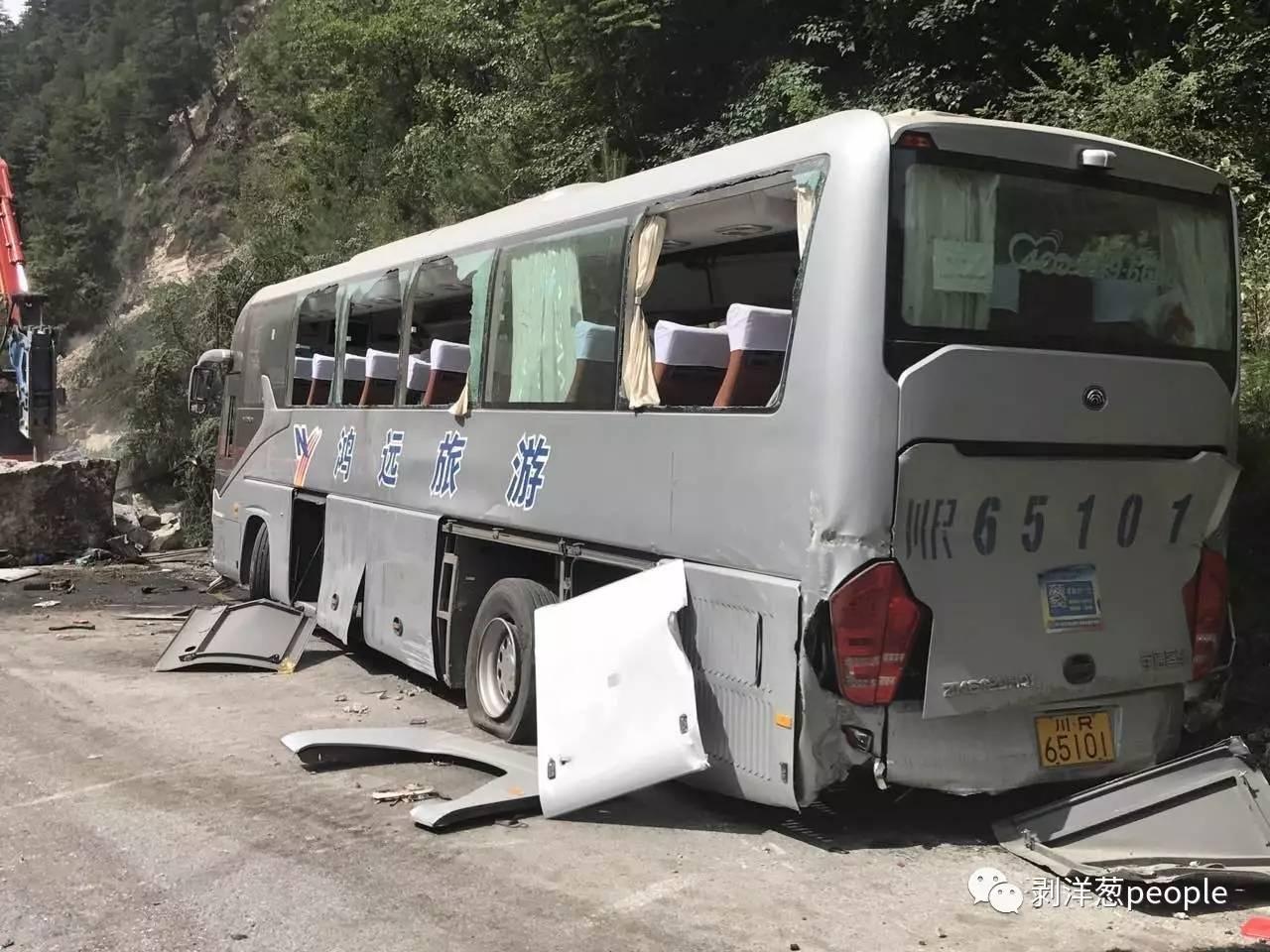 """被山石砸中""""川R65101""""。新京报记者刘珍妮 摄"""