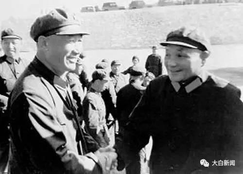 在华北军事演习中邓小平亲切接见周衣冰(左一)