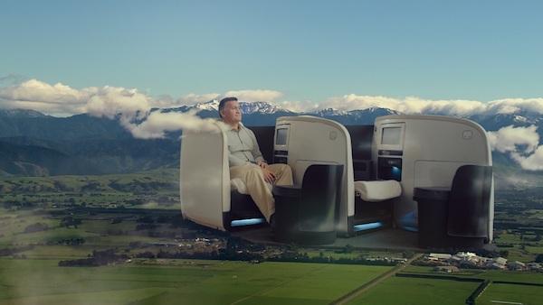 为长途飞行不无聊,航空公司准备了有趣的安全视频和催泪大片