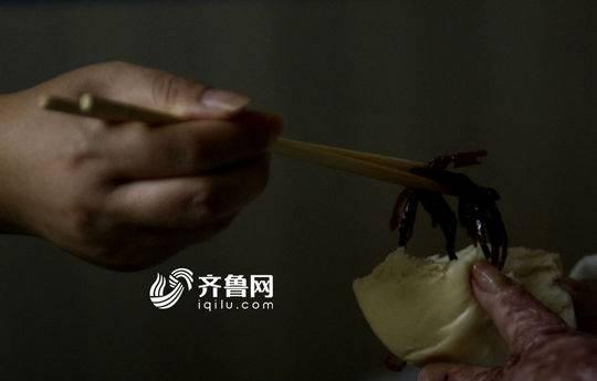 江竹峰给女儿夹咸菜