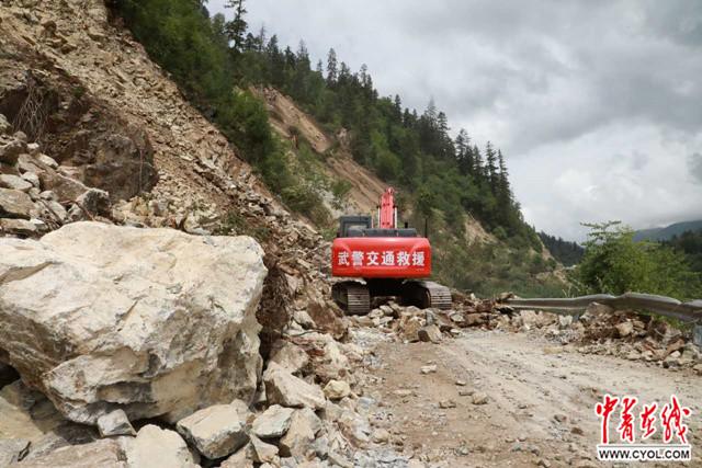 武警交通部队全力抢通神仙池景区71公里救援