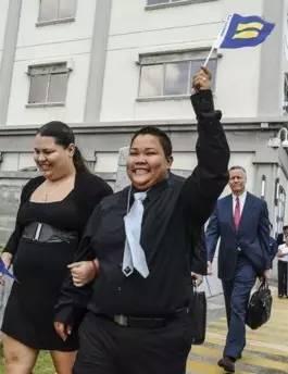 图为关岛首个获得结婚证的合法同性伴侣