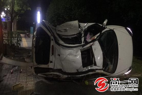 """常德凌晨发生一起车祸 车辆被撞成""""变形金刚"""""""