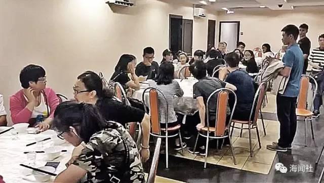 俄记者在专门接待中国游客的餐馆里拍摄到的画面。