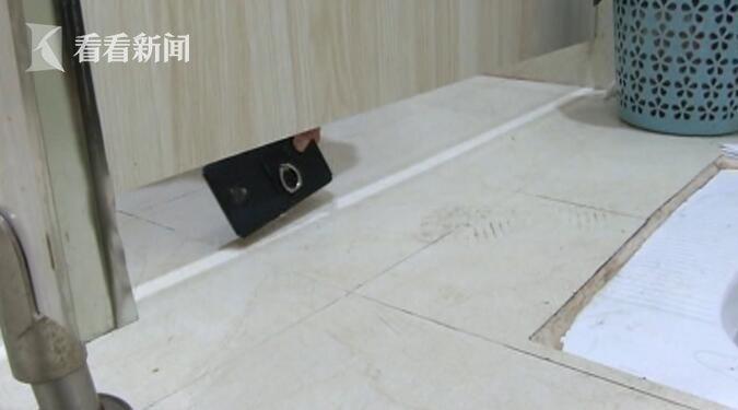 男子穿女装衣潜入医院女厕 从门缝偷拍女性如厕