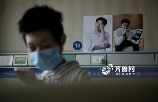 刘振的房间贴满了自己偶像李易峰的海报