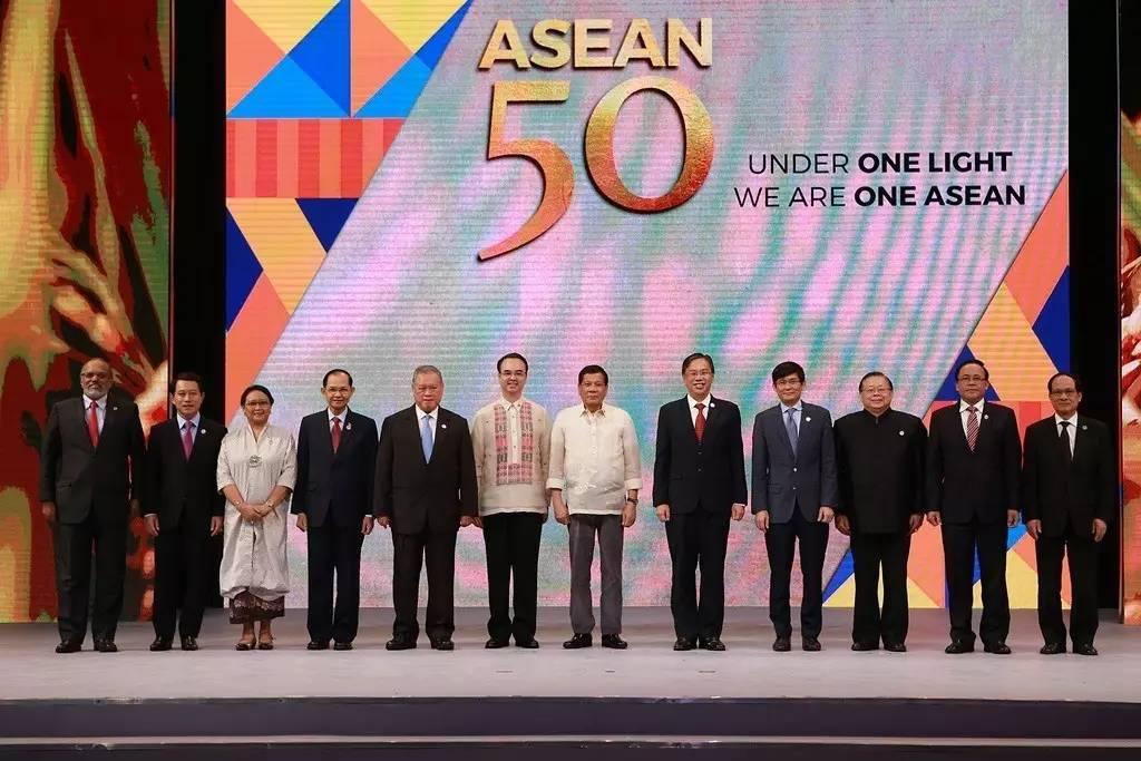 ▲8月8日,在菲律宾马尼拉,东盟各国代表与菲律宾总统杜特尔特出席东盟成立50周年庆祝仪式。