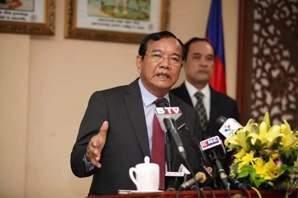 """▲8月9日,在柬埔寨首都金边,柬埔寨外交国际合作部大臣布拉索昆(前)出席新闻发布会,对""""南海行为准则""""框架的达成给予高度评价。"""