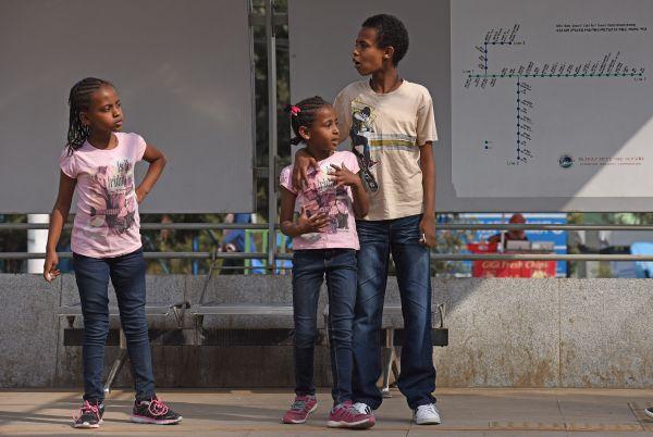 6月29日,在埃塞俄比亚首都亚的斯亚贝巴,人们在站台等待搭乘轻轨列车。 新华社记者陈诚摄