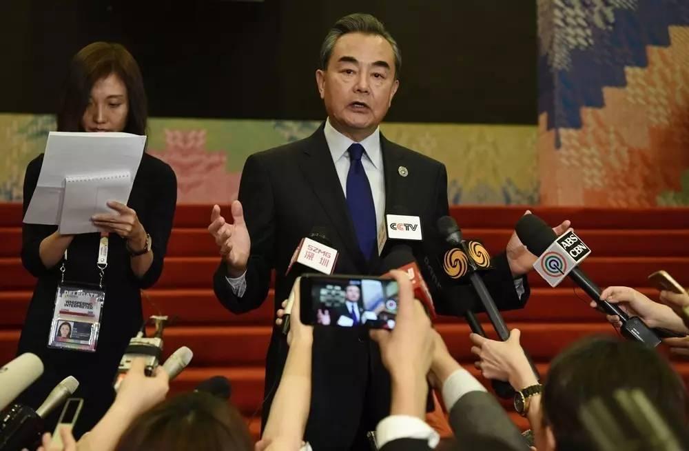 ▲8月6日,中国外交部长王毅在菲律宾马尼拉出席中国-东盟外长会后,举行中外媒体吹风会。
