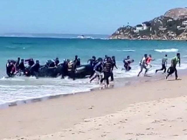 视频截图:8月9日,非法移民乘坐皮艇抵达西班牙南部一处海滩。(新华/美联)