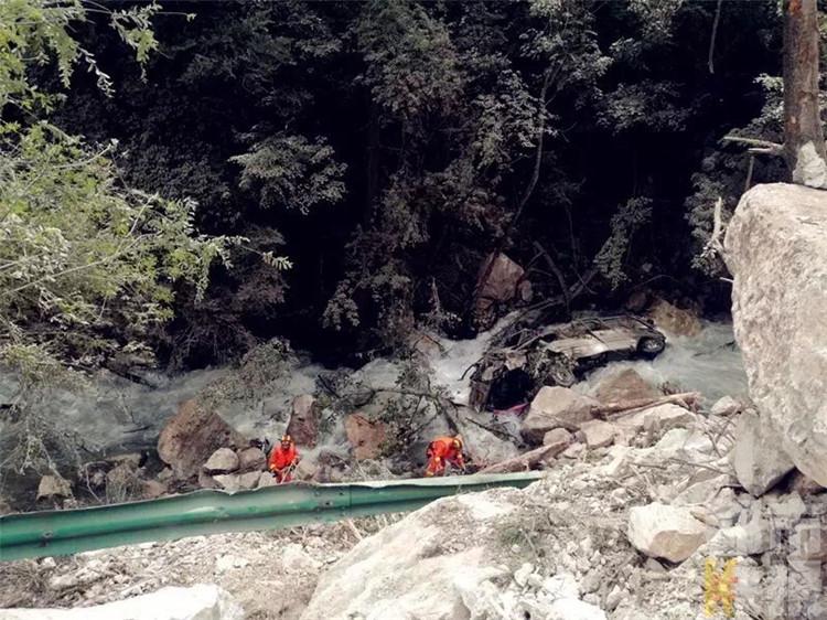 因地震19座中巴车落水 陕西救援队搜寻遇难者
