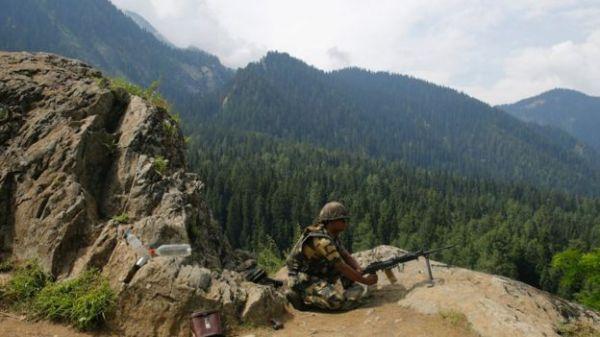 资料图:时至今日,印巴在克什米尔停火线附近仍时有武装冲突。图为印军士兵。(BBC)