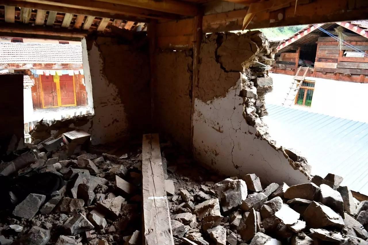 △四川九寨沟地震中受损的房屋(图/视觉中国)