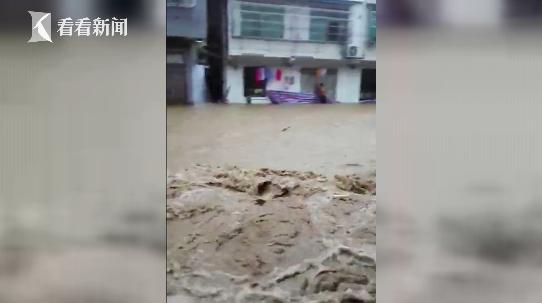 视频|实拍湖南岳阳特大暴雨 多个村镇遭洪水袭击道路被冲毁