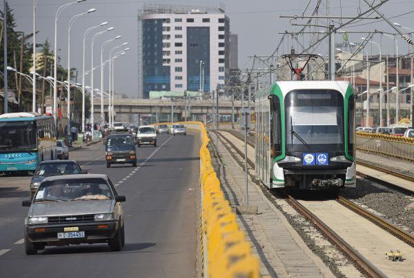 资料图:2017年6月29日,在埃塞俄比亚首都亚的斯亚贝巴,轻轨列车在城市中穿梭。在亚的斯亚贝巴,由中国企业建设并运营的城市轻轨堪称一道靓丽的风景线。新华社记者陈诚摄