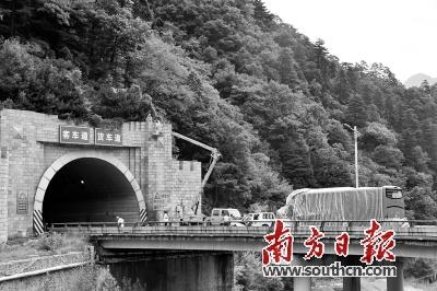 京昆高速发生特大交通事故