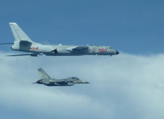 """台防务部门公布IDF战机伴飞轰-6照片。(来源:台湾""""中央社"""")"""