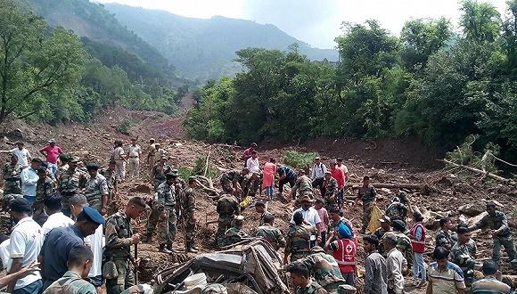 印度山体滑坡 两辆大巴被埋至少7人丧生