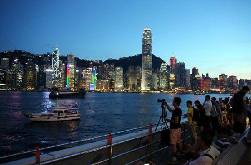 资料图片:香港尖沙咀观赏夜景 新华社记者 李鹏 摄