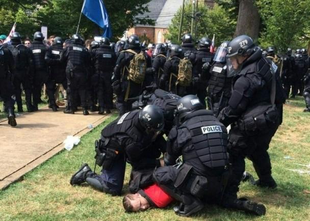 大批警员赶赴现场