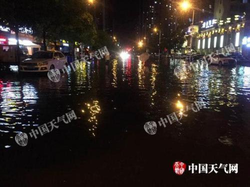 11日夜间,湖北襄阳出现强降雨,道路积水严重。尤雪 摄