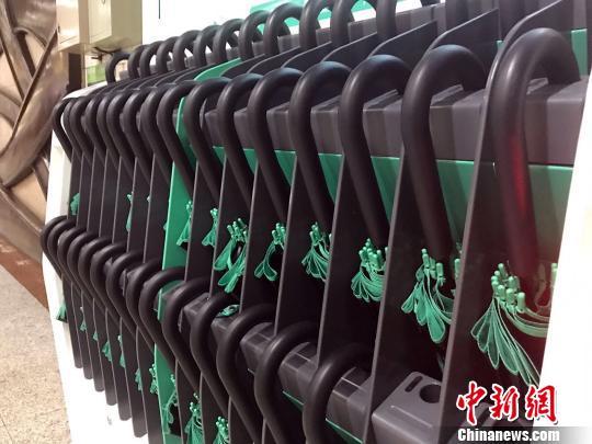 这种设备共有48个雨伞槽,在上海轨交2号线的部分站点投入使用。 王子涛 摄
