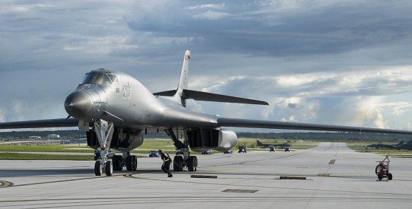"""一架b-1""""枪骑兵""""和一架b-2幽灵从安德森空军基地飞过关岛执行战略轰炸"""
