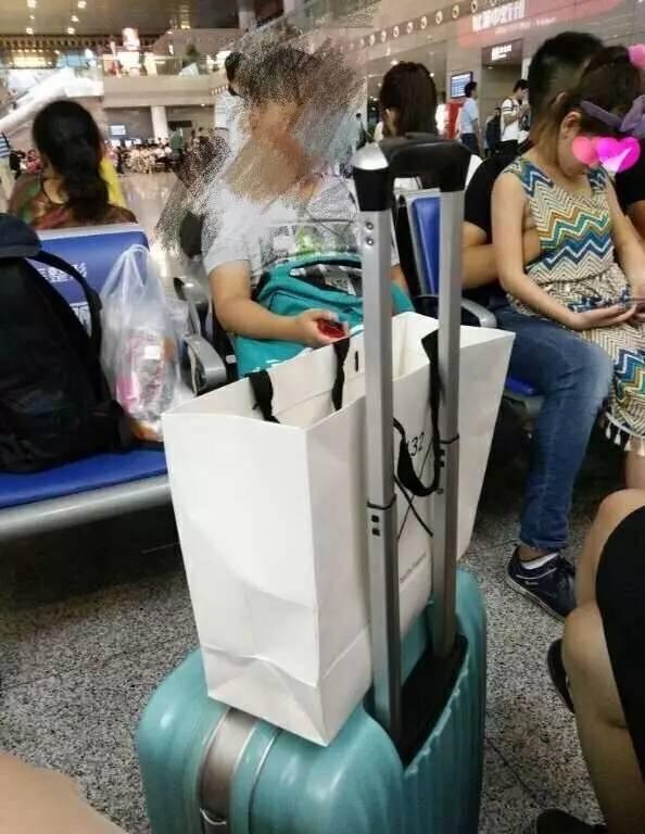 ▲旁边同行妇女  图片来自作家陈岚微博