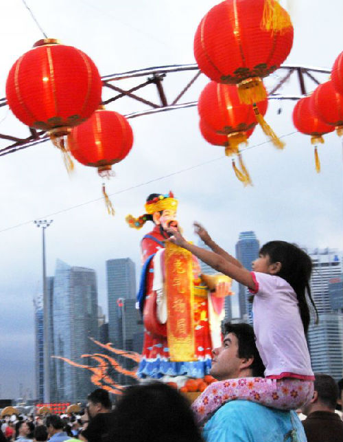 """材料图:新加坡人及海内旅客离开新加坡滨海湾欢度""""中国年""""。 新华社发"""
