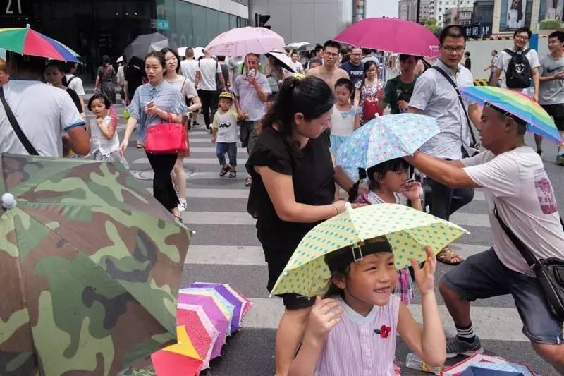一顶成本3-6元钱的伞帽,在炎热的正午能卖到10-20元。生意好的小贩一个中午能卖出三四十顶。