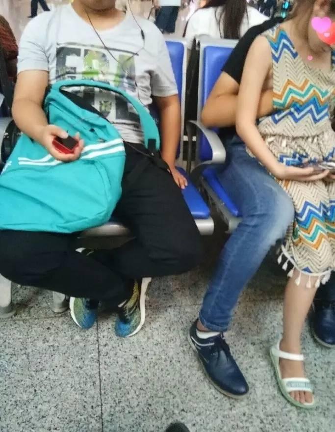 ▲一男子被疑猥亵幼女 图片来自作家陈岚微博
