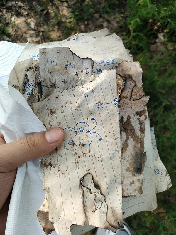 """2017年8月5日,天津静海,写有""""蝶贝蕾""""字样的笔记。视觉中国 资料"""