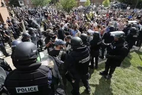 △图为8月12日美国弗吉尼亚州夏洛茨维尔市市民与警察冲突现场