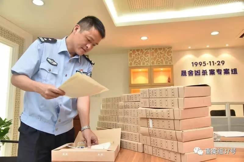 ▲22年来警方办案的卷宗已经累计十几沓。 警方供图