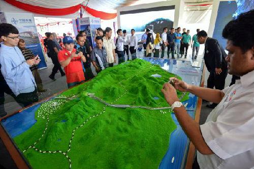 8月9日,在马来西亚关丹,人们观看马来西亚东海岸铁路项目模型。(新华社)