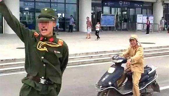 广西宾阳县两男子穿日军服装作秀被拘  数百名群众聚集围观