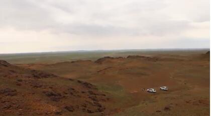 内蒙古年夜学蒙古学研讨核心官网颁布的相干考古视频截图。