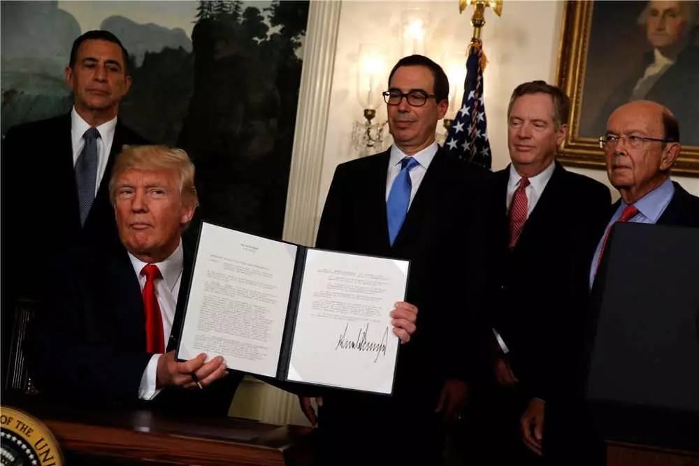 2017年8月14日,特朗普签署行政令。新华社/路透
