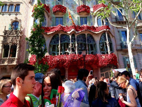 """材料图片:在西班牙加泰罗尼亚地域首府巴塞罗那,著名旅游景点""""巴特罗之家""""""""穿""""上""""玫瑰盛装""""。新华社记者周喆摄"""
