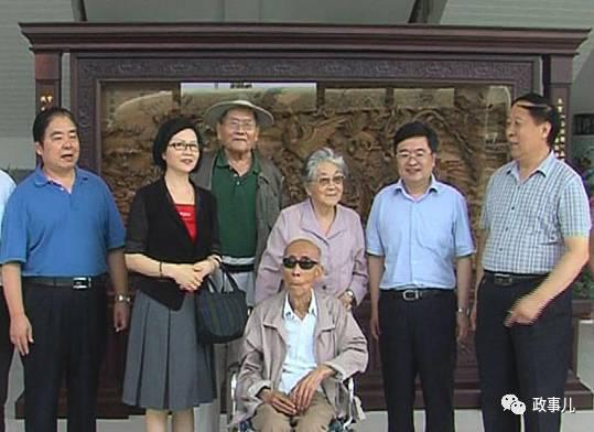 图为刘杰(坐轮椅者)和李宝光到沈丘县考察