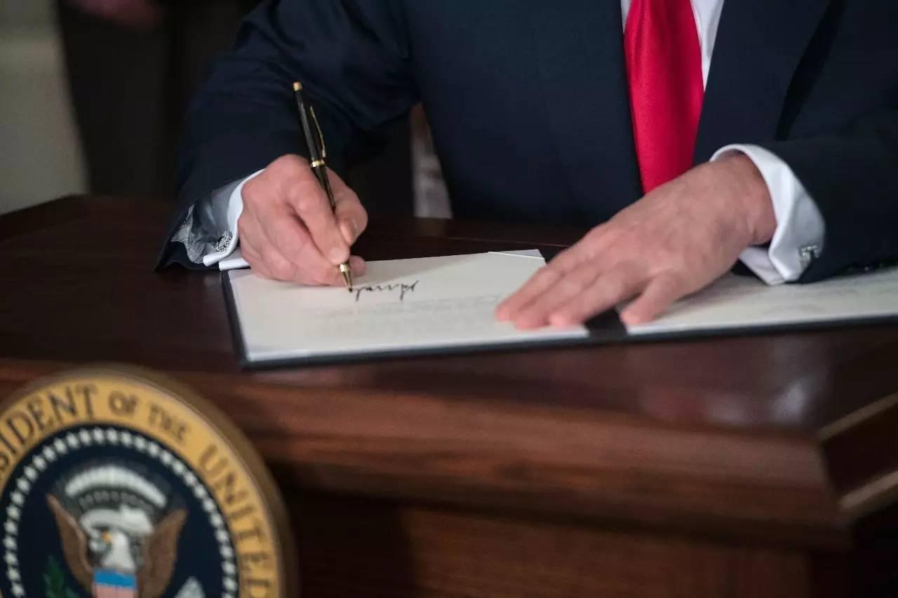 2017年8月14日,特朗普签署行政令。新华社/法新
