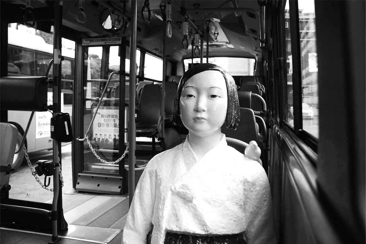 """首尔公交车上的""""慰安妇""""像。陈尚文摄"""