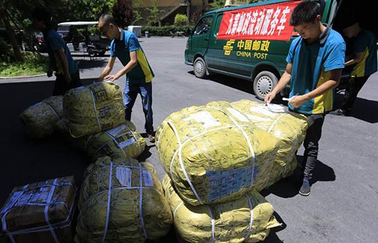 漳扎邮政支局投递首批寄达之救灾物资。